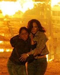 jennifer-lopez-caught-in-fire02-sm.jpg